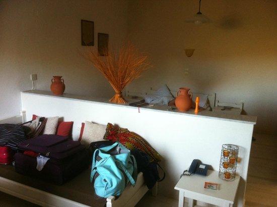 Golden Apartments: Schafbereich hinter Trennwand + vorn Couch + Tisch + Küchenzeile (nicht im Bild)