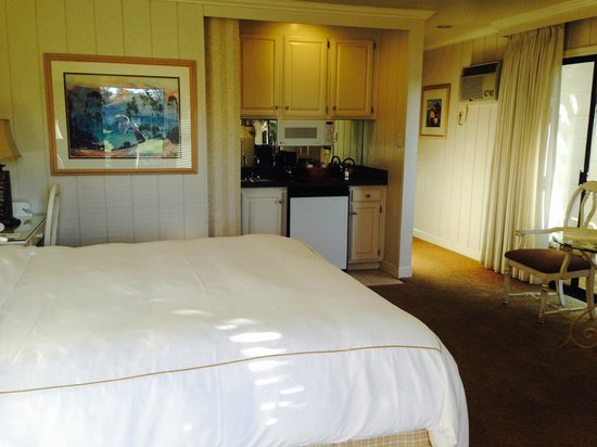 Silverado Resort and Spa: Junior suite had a small bar area, granite countertops