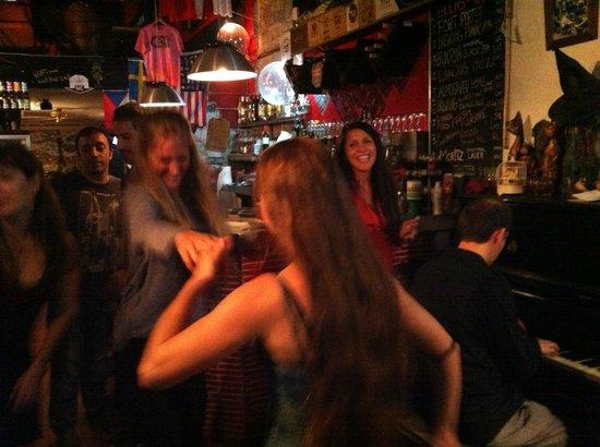 Cat Bar : music & dancing