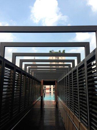 VIE Hotel Bangkok, MGallery by Sofitel : the way to the pool
