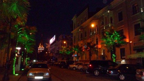 Hotel Mgzavrebi Batumi: Батуми вечерний