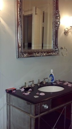 Lamothe House Hotel: mirrored bathroom vanity