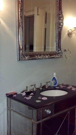 Lamothe House Hotel : mirrored bathroom vanity