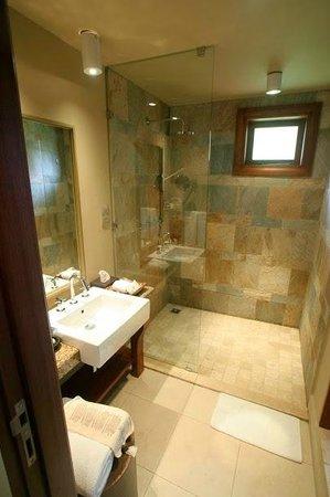 Constance Ephelia : La salle de bain des enfants avec douche à l'italienne de 2m par 1m !