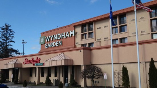 Hotel entrance picture of wyndham garden newark airport newark tripadvisor for Wyndham garden oklahoma city airport