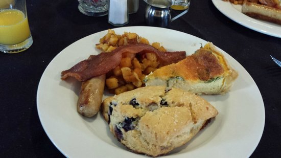 Power's Mansion Inn : Alfred's gourmet breakfast