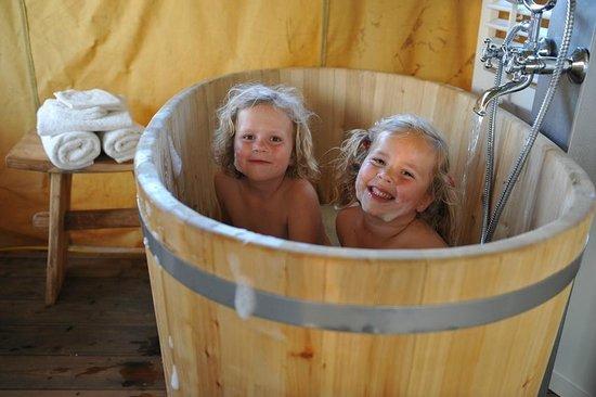 Erfgoed Bossem: Badderen in de houtenbad tobbe, familie lodgetent