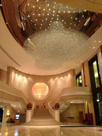 Harbour Grand Hong Kong: The lobby was stunning