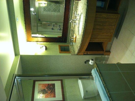 Frontier Restaurant : Remodeled bath