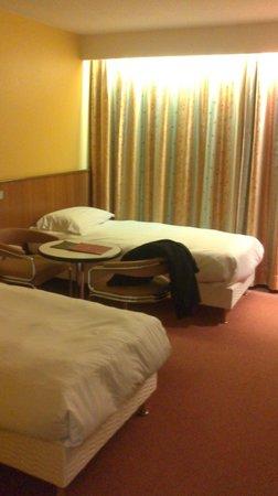 Hotel des Congres: Lit chambre