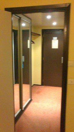 Hotel des Congres: Entrée chambre