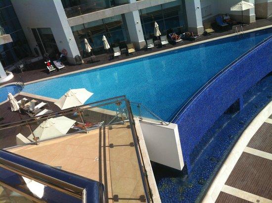 Sesimbra Hotel & Spa: Vista de la piscina desde la terraza del habitación