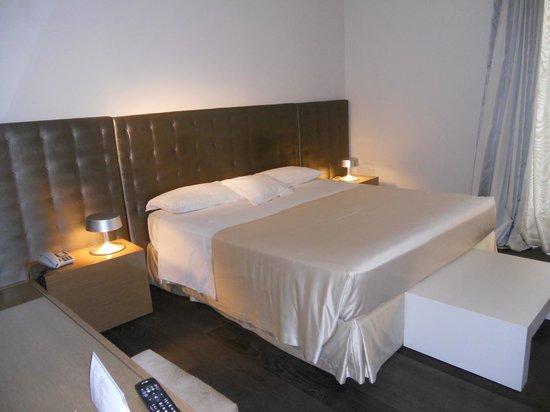 Hotel Romano House: Letto con lenzuola di raso