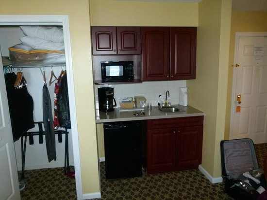 Wyndham Bay Voyage Inn: Kitchenette and the only closet