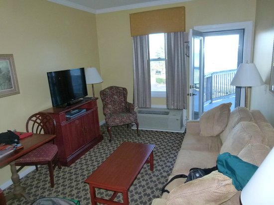 "Wyndham Bay Voyage Inn: Nice living room, 32"" flat screen TV."
