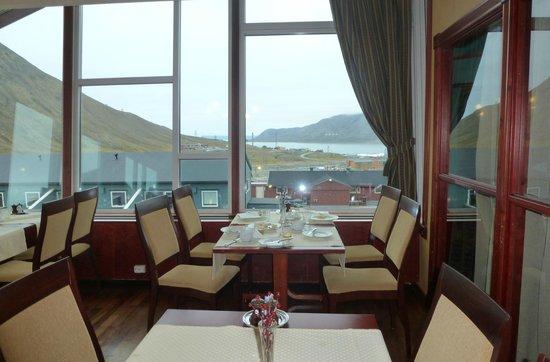Spitsbergen Hotel: une belle vue de la salle à manger sur le fjoord