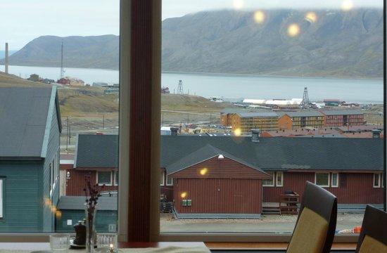 Spitsbergen Hotel: vue de l'hôtel sur la petite ville de Longyearbyen