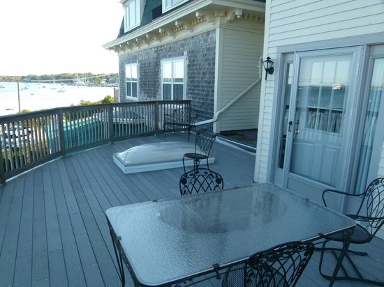 Wyndham Bay Voyage Inn: View of the deck for room 203 from our deck (room 205).