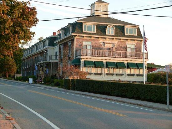 Wyndham Bay Voyage Inn: Southwest view of the inn.