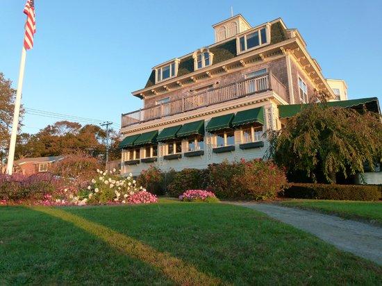 Wyndham Bay Voyage Inn: Southeast view of the inn.