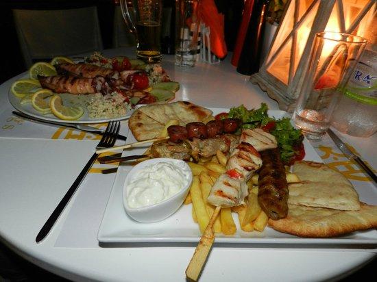 King's Cafe Restaurant: ...souvlaki di carne e pesce...
