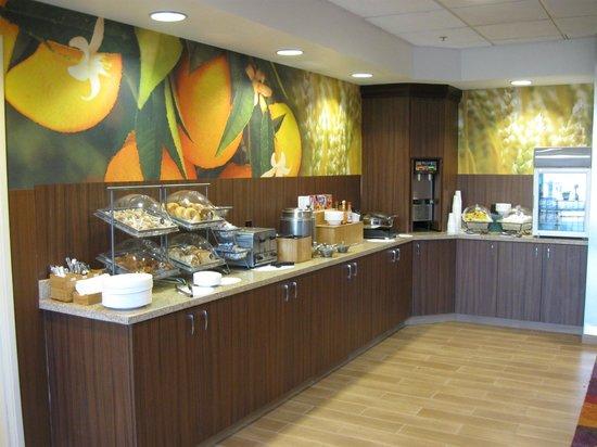 Fairfield Inn & Suites Yakima: Breakfast Bar