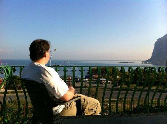Bellevue del Golfo : Vista desde el comedor hacia el mediterraneo 2