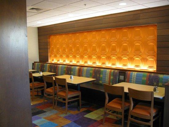 Fairfield Inn & Suites Yakima : Breakfast area bench seating