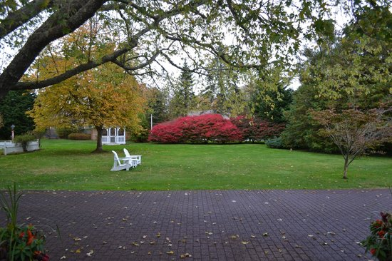 Captain's House Inn : Front Gardens