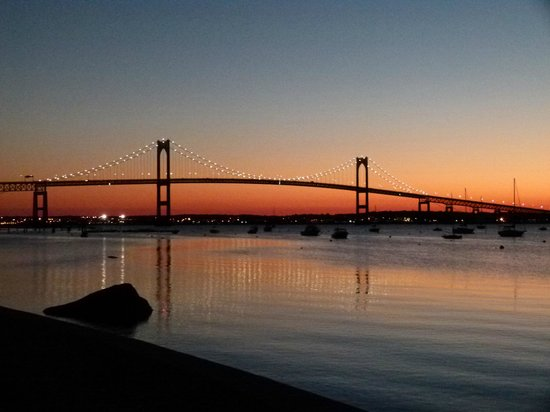 Wyndham Bay Voyage Inn : Dawn view of the Pell bridge from just outside the inn.