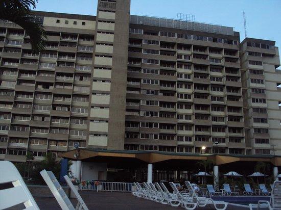 Hotel Venetur Alba Caracas : vista del hotel desde la piscina
