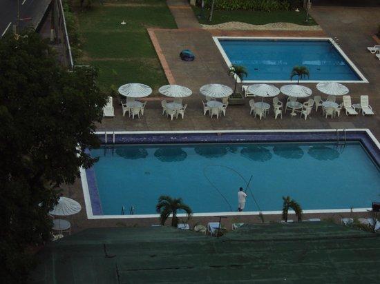 Hotel Venetur Alba Caracas : vista a la piscina desde la habitacion