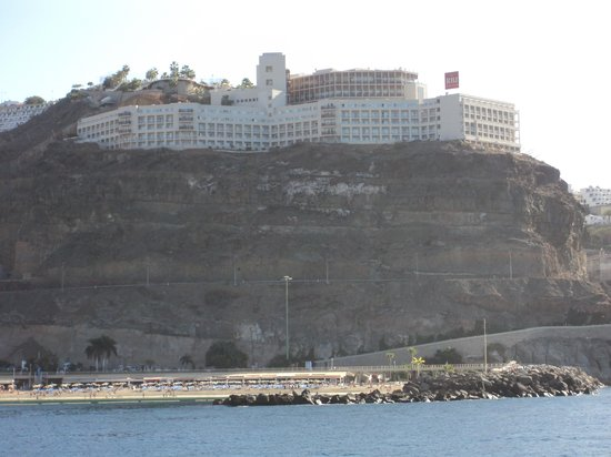 ClubHotel Riu Vistamar : Hotel on the Rock