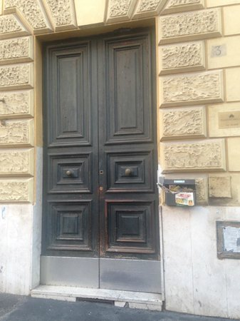 PapavistaRelais: Door to hotel (look for the number 3)