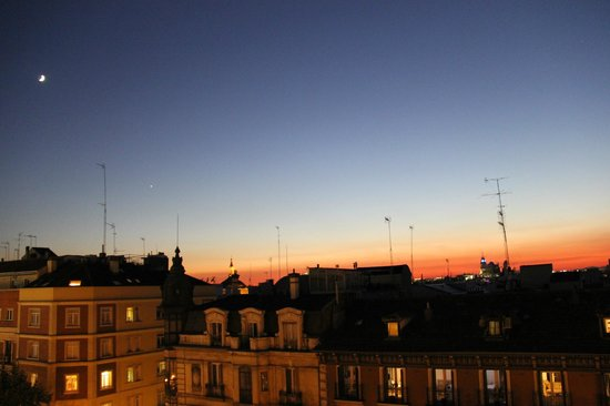 Wellington Hotel: Madrid sunset from 6th floor room