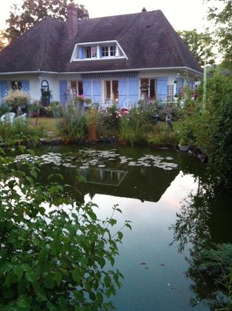Le Jardin de Marie-Jeanne: house and pond