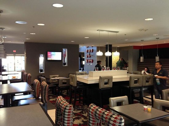 Comfort Suites Bypass : cheery breakfast room