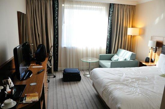 """Hilton Garden Inn Hotel Krakow: Widok z wejścia na pokój, walizka na podłodze to """"mała kabinówka""""."""