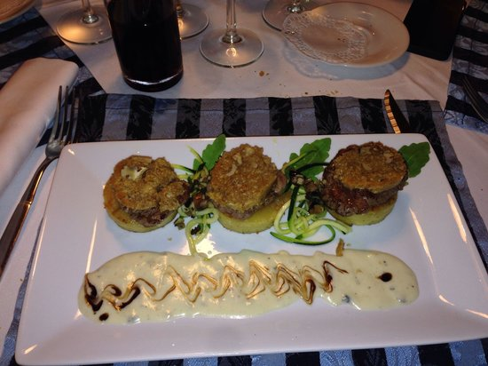 Restaurant La Fontaine - U Pierre'a : Three delicious steaks with blue cheese sauce. Absolutely beautiful.