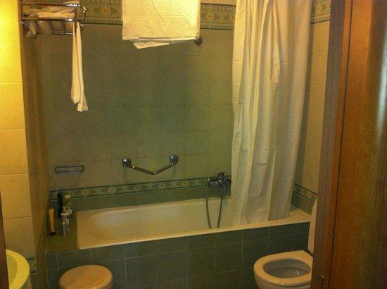 Hotel Biancaneve: Salle de bain, lumière allumée