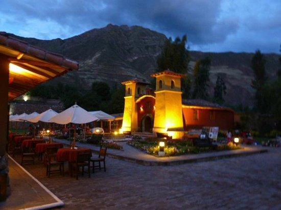 Sonesta Posadas del Inca Yucay: Área del restaurante e iglesia, bella arquitectura colonial