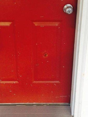 Royalty Inn: trou de balle dans la porte du 119?