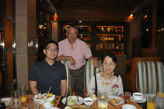 Cafe Ilang-Ilang: Mike , Paolo and Mama during dinner