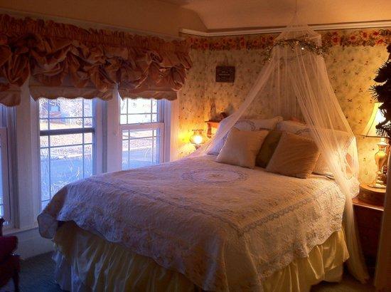 3rd Street Nest Bed & Breakfast: Upstairs Bedroom