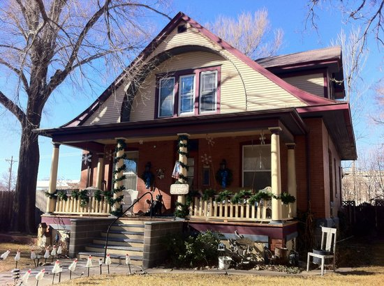 3rd Street Nest Bed & Breakfast: View of this lovely old home from the curbside (just one block from the main street)
