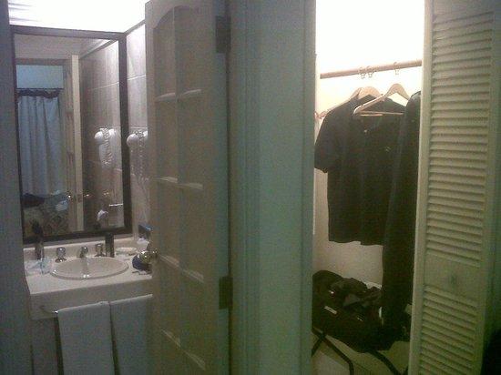 Buganvillas Hotel Suites & Spa: baño y guardarropa