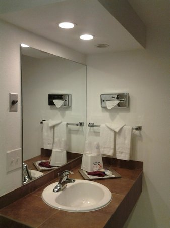 Americas Best Value Inn - Casino Center Lake Tahoe : Bright and updated bathroom