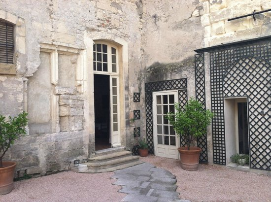 Hotel d'Arlatan: door to the courtyard and pool area