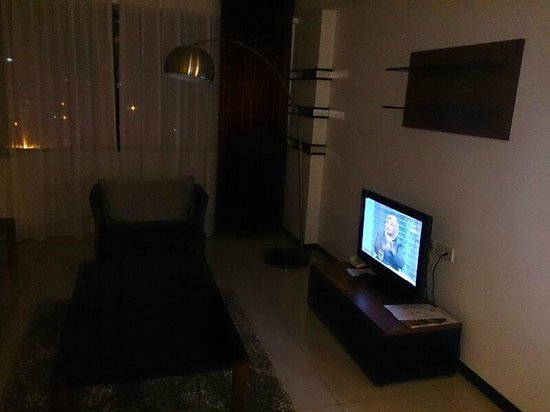 Likas Square Apartment Hotel: living room.