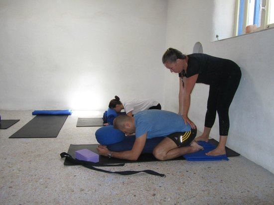 Aliki Yoga School: Individual correction